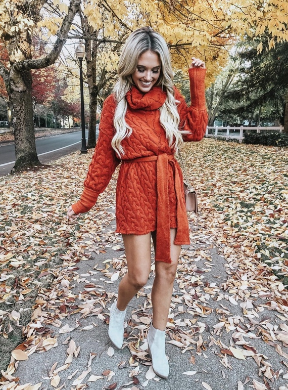 17 Trendy winter street style outfits and outfit ideas to step up your game this fall and winter: Red sweater dress. These winter street style looks are perfect to cosy up with in any urban city. Click over to the article and get inspired by more casual winter fashion looks! Image © ChampagneAndChanel. #winterfashion #winteroutfits #streetstyle #sweaterdress