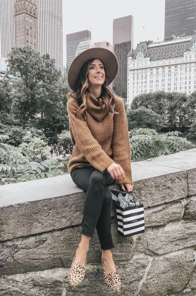 Casual fall looks with jeans, sweaters and fedora hat