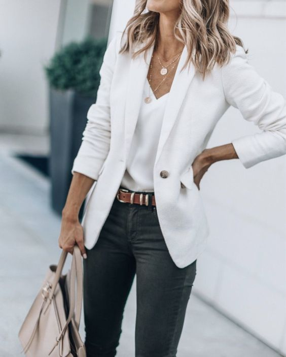 Chic business casual outfits with whit blazer and jeans