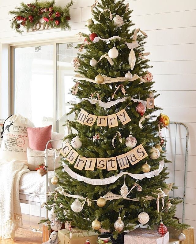 Simple and rustic Christmas tree ideas - green Christmas tree decorations