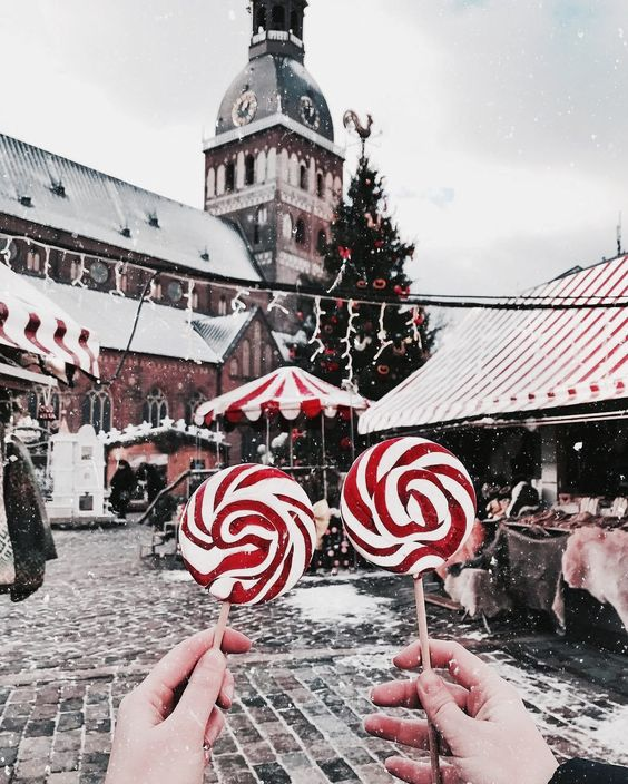 Christmas market wallpaper iPhone with white and red candy