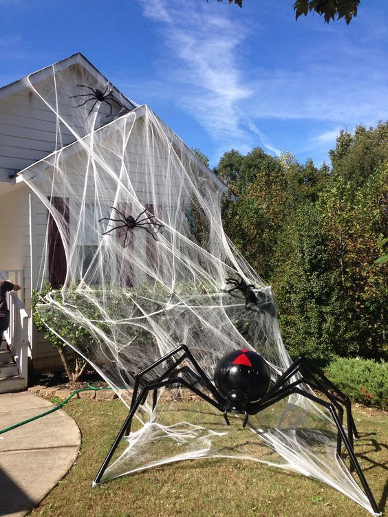 Easy DIY Halloween decorations for outdoors, spider web decorations for outdoors