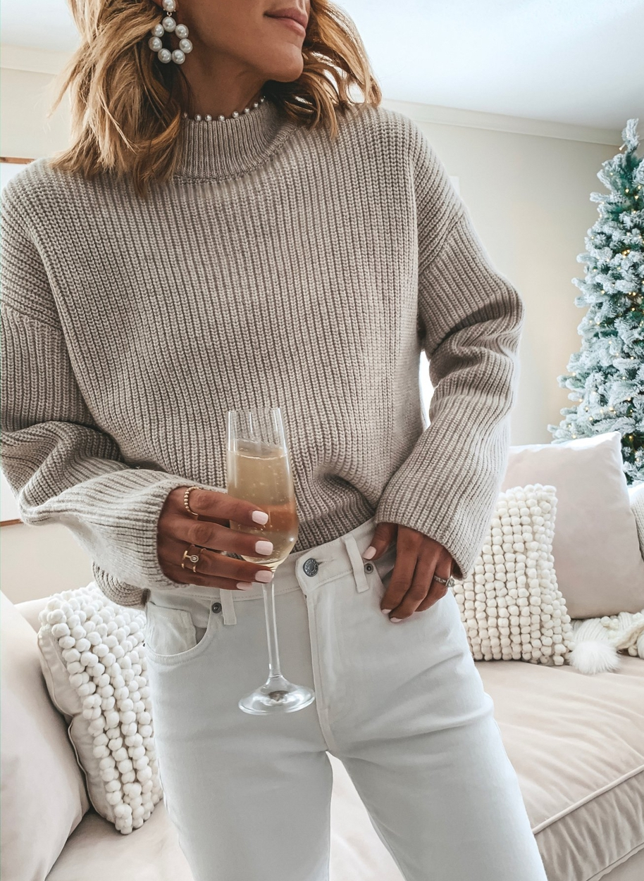 Cute sweater outfits with white jeans and pearl earrings