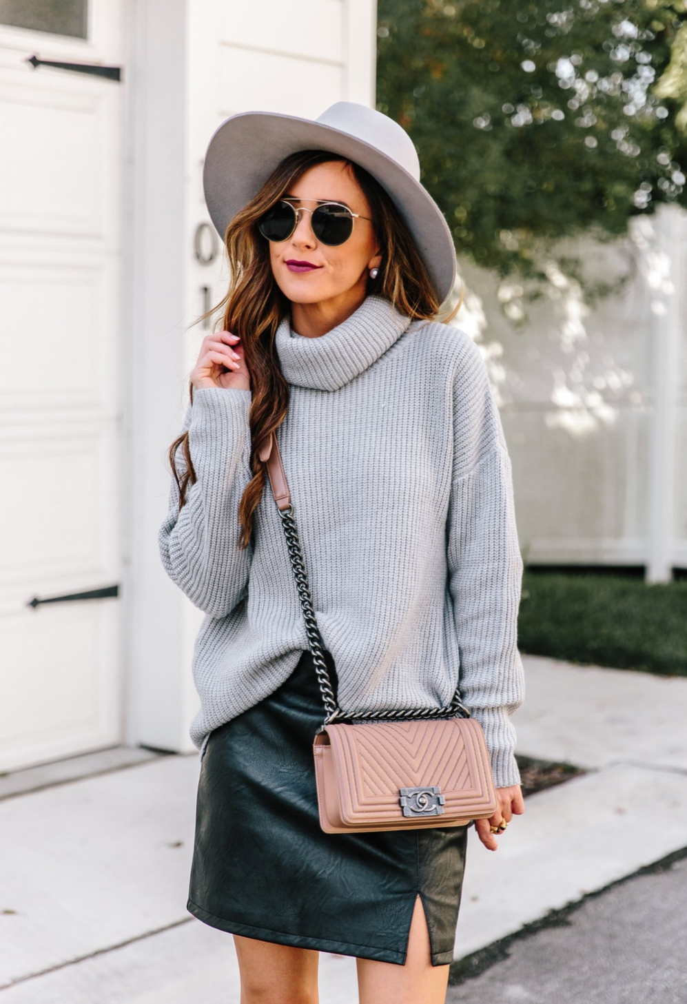Grey sweater outfits with skirt and fedora hat