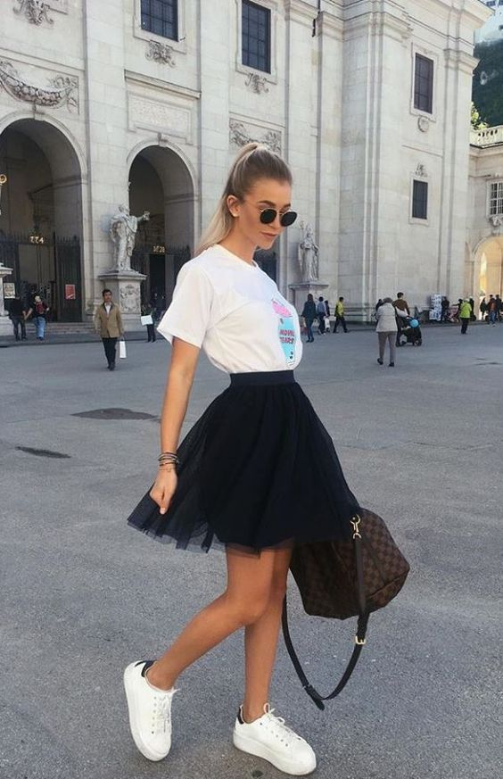 Black tulle skirt looks with T shirt