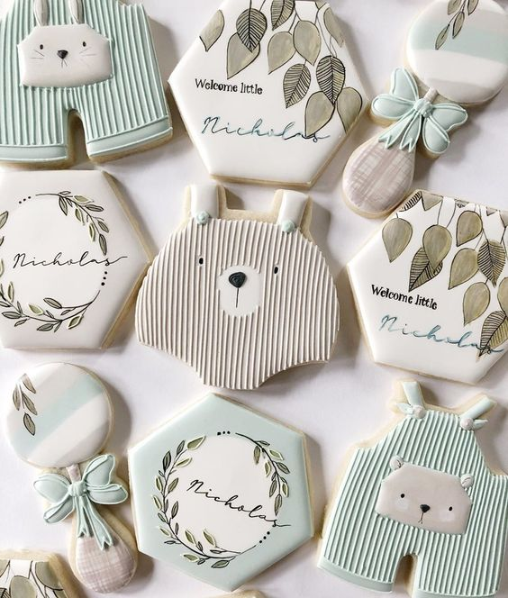 Neutral baby shower cookies with bear