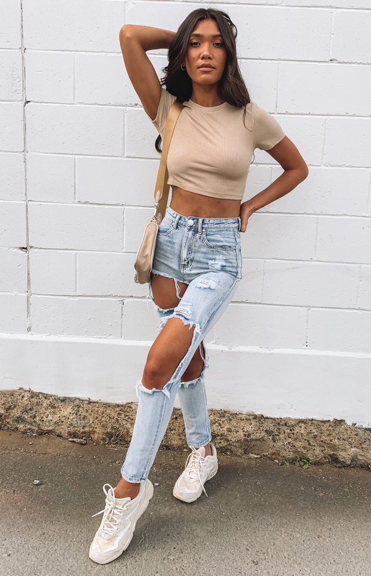 Casual outfit with ripped mom jeans
