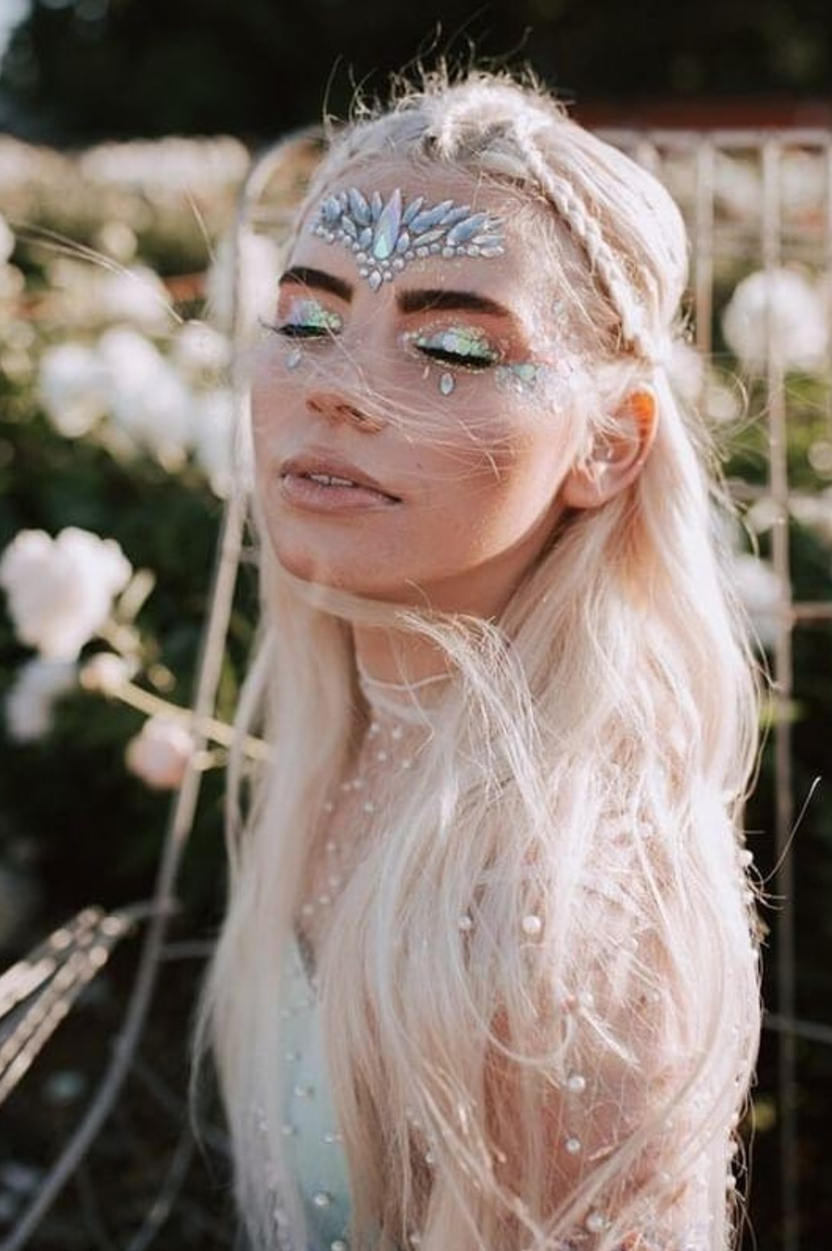 Cute festival makeup looks with easy face glitter ideas
