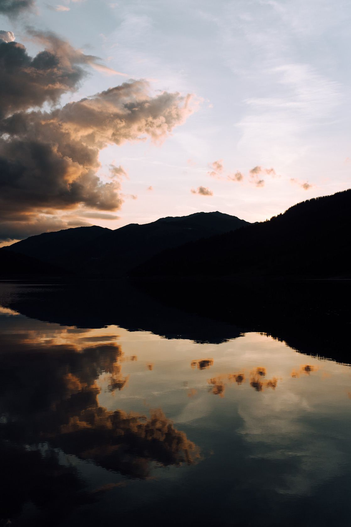 Beautiful nature wallpapers for iPhone with mountains and water