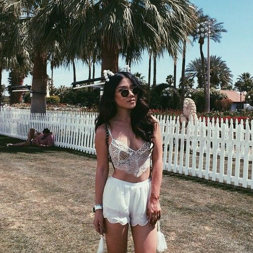 Casual boho summer looks with lace top and white shorts