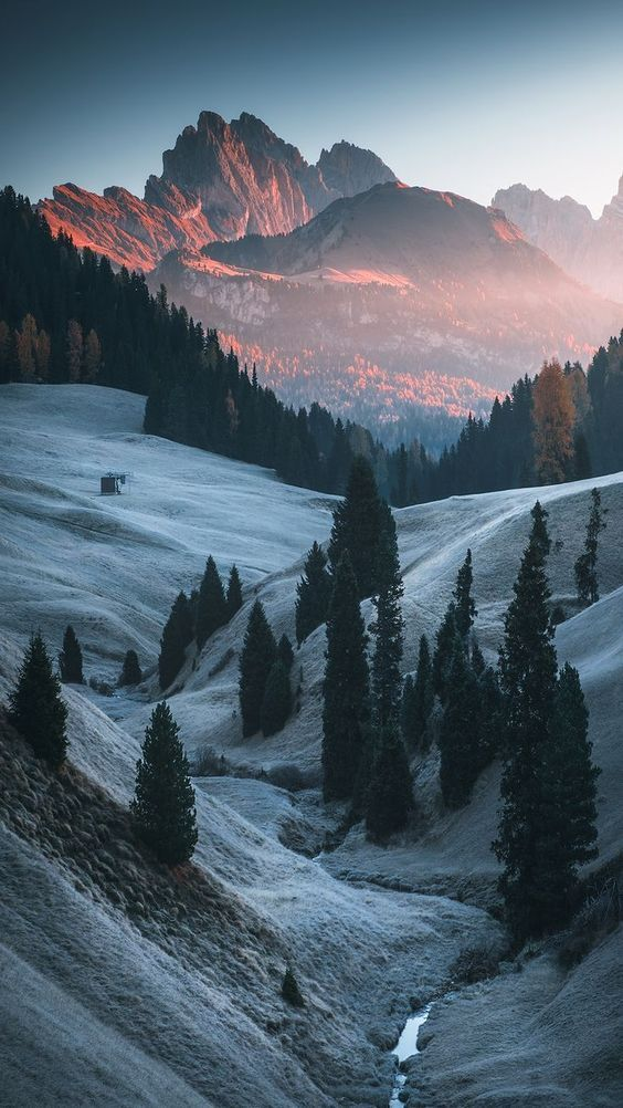 Mountain backgrounds for iPhone, mountain photography with snow and forest