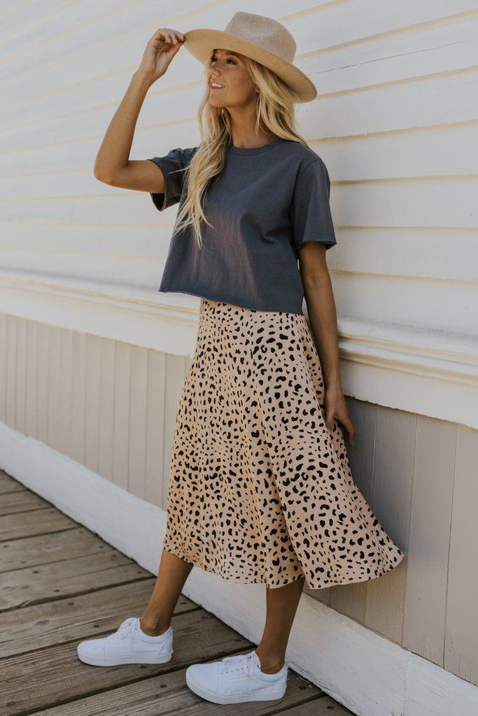 Cute spring outfits with leopard midi skirt