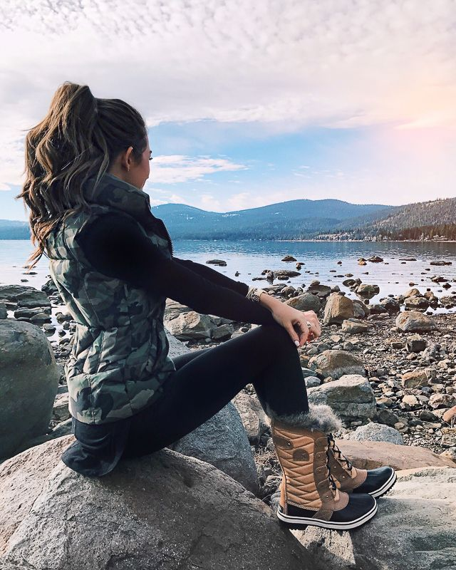 Cute hiking outfits for winter and fall hiking outfits