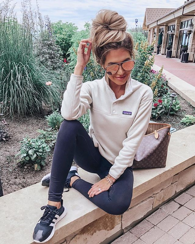 Cute hiking outfits - fall hiking outfit ideas with leggings