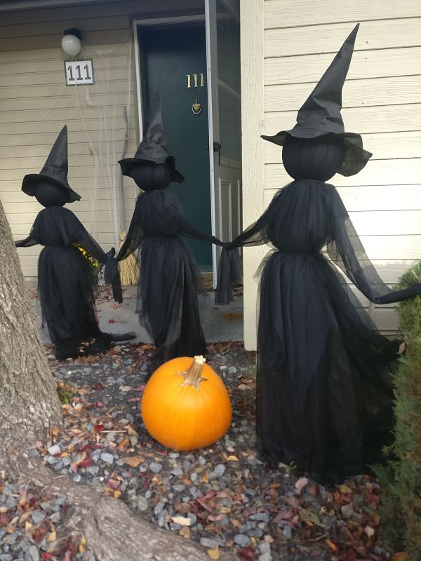 Easy DIY Halloween decorations for outdoors with witches