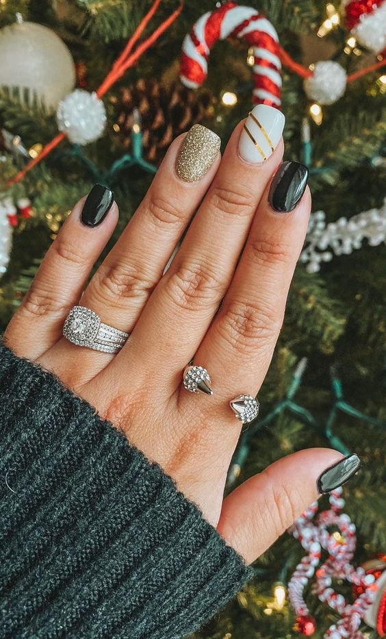 Short Christmas nails with green, white and gold