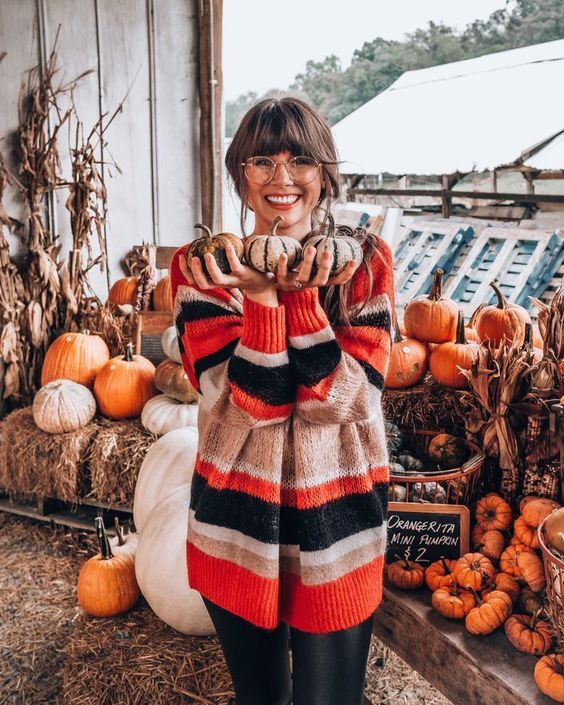 Cozy and cute Thanksgiving outfits with a sweater