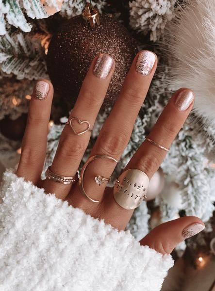 Cute short winter nails with gold glitter and rings