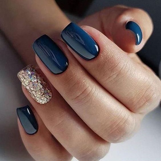 Short navy blue nails with glitter