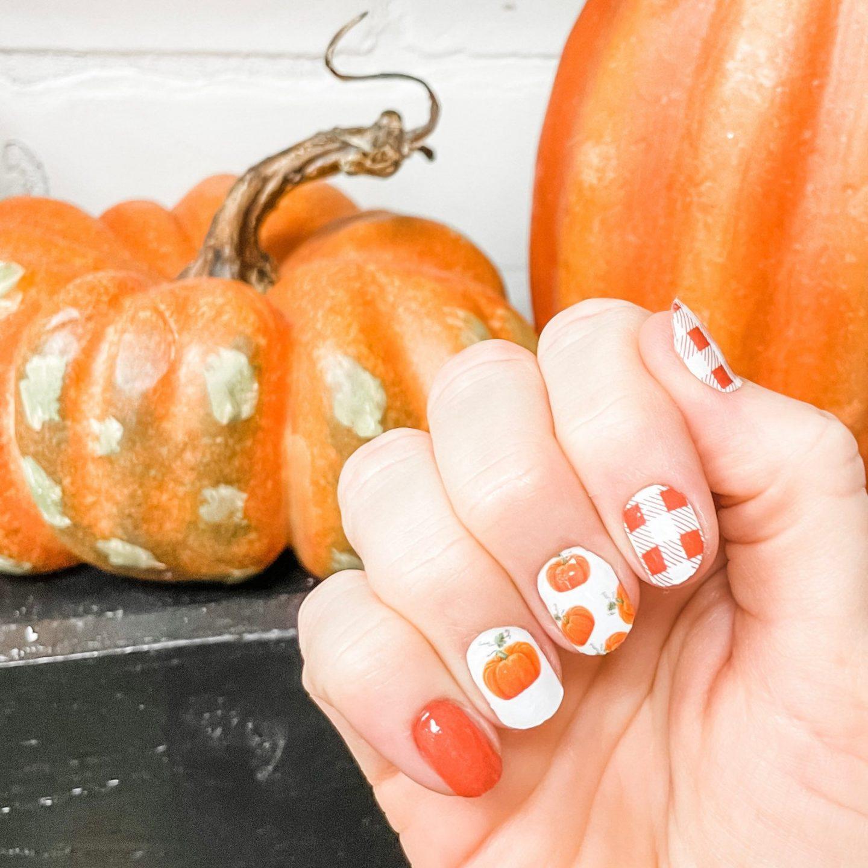 Cute short Thanksgiving nails with pumpkins