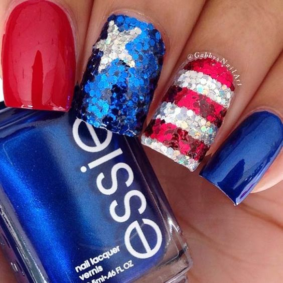 Cute short 4th of July nails with glitter