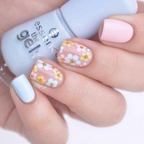 Short floral nails with pastel pink and blue