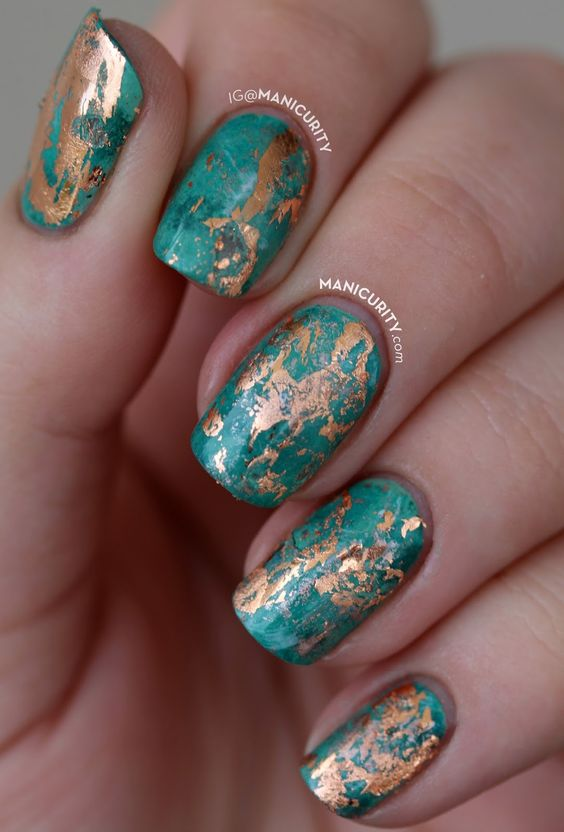 Short green marble nails with gold