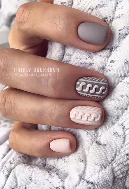 Short matte grey and pink sweater nails