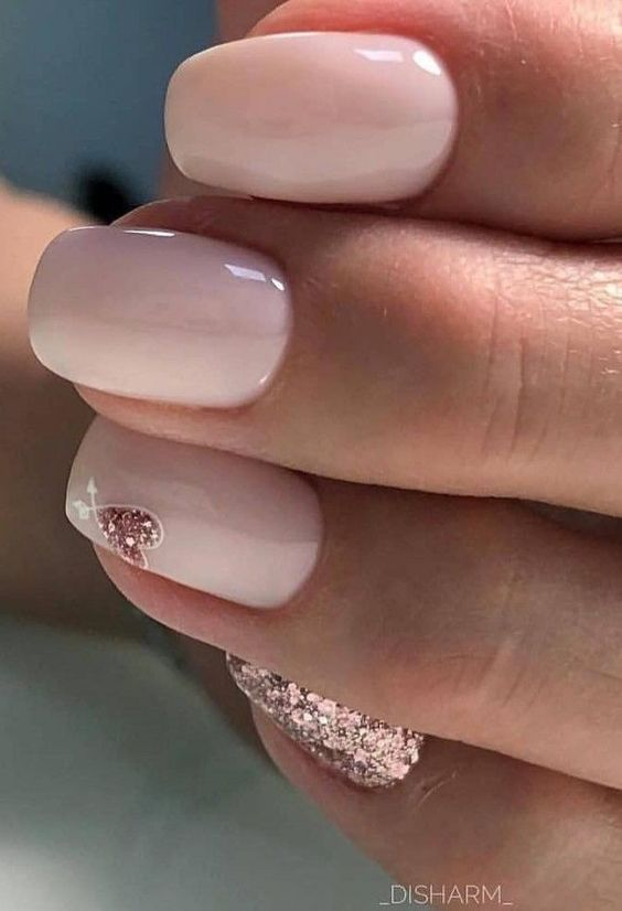 Short pink wedding nails with rose gold glitter