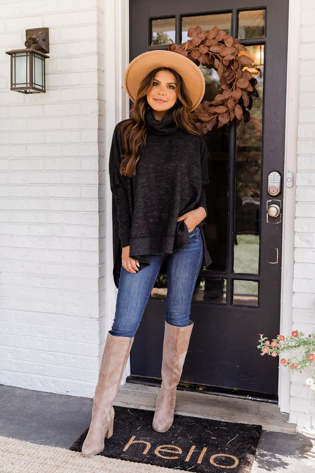Casual autumn look with denim jeans and black sweater