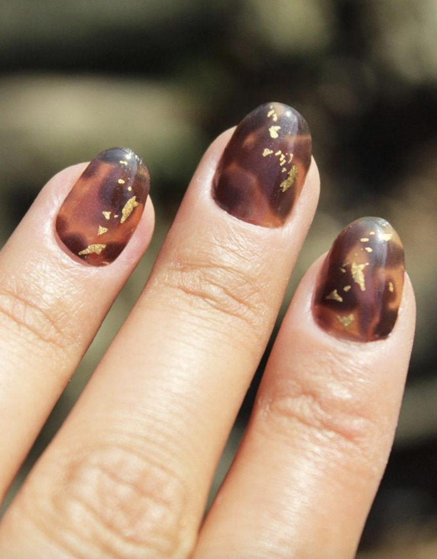 Cute tortoiseshell nail wraps with gold flakes