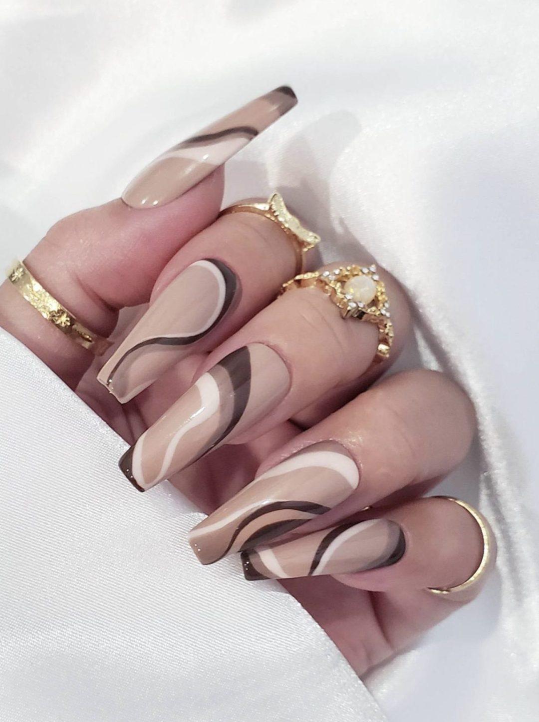 Trendy brown swirl nails