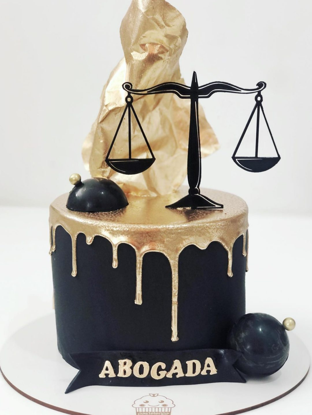 Black and gold graduation cake for law