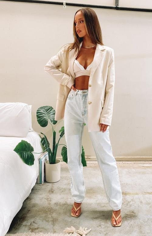 White blazer outfits with mom jeans