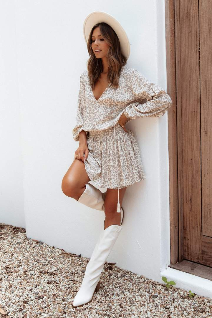 Neutral spring outfits for women with white boots