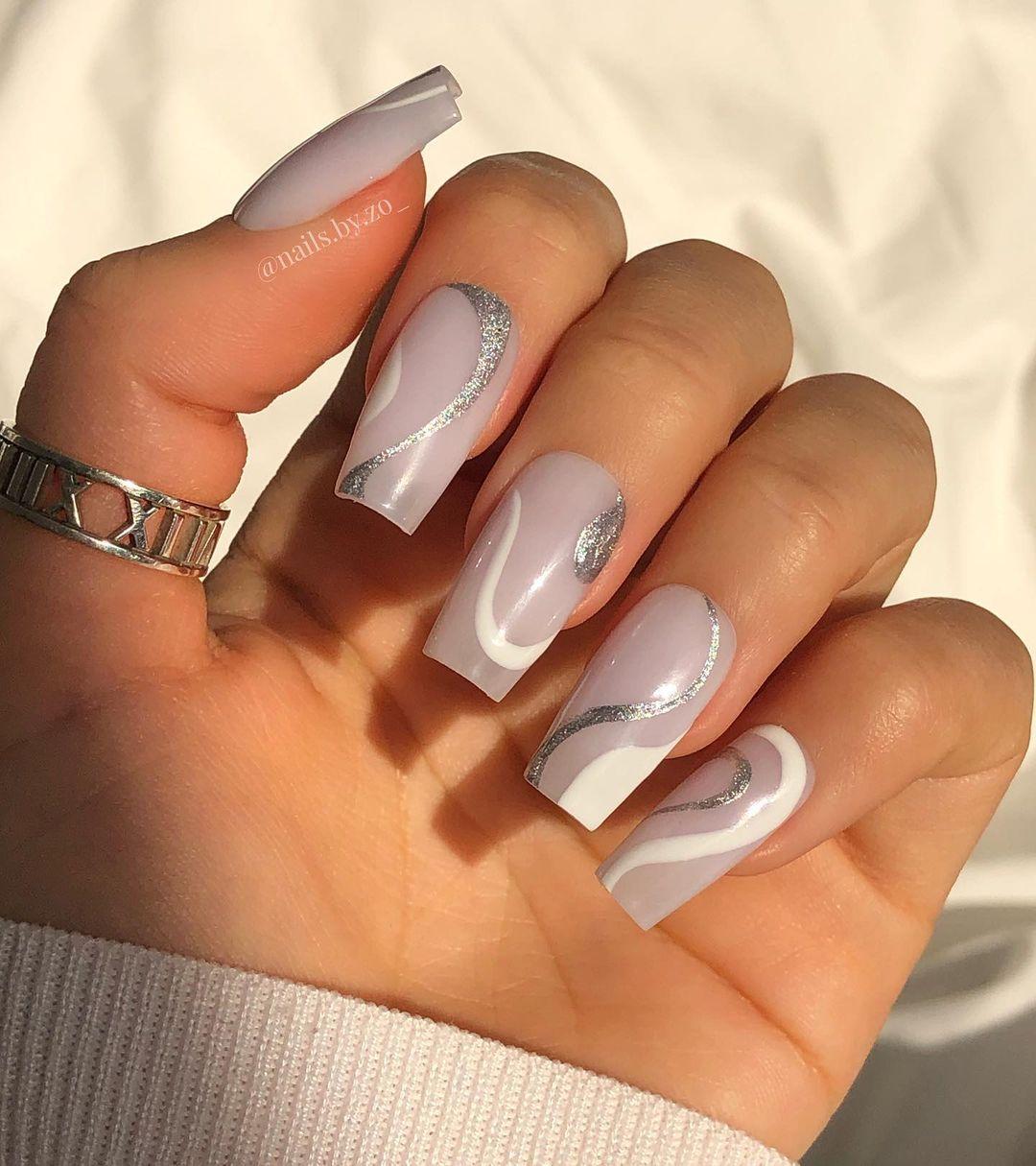 Grey and white wavy nails