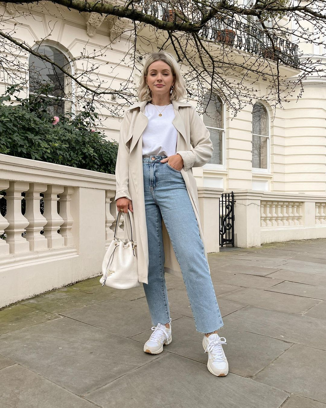 Basic plain white tee and trench coat for outfits with mom jeans