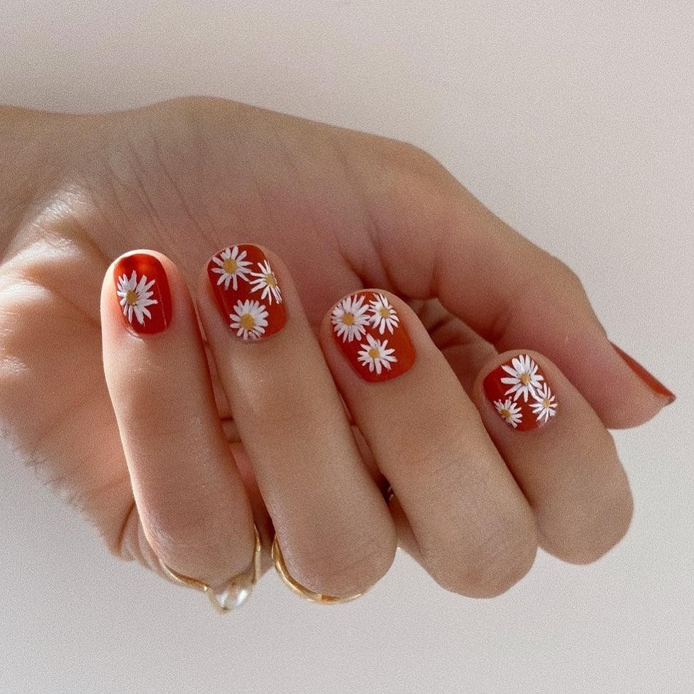 Red nails with daisies