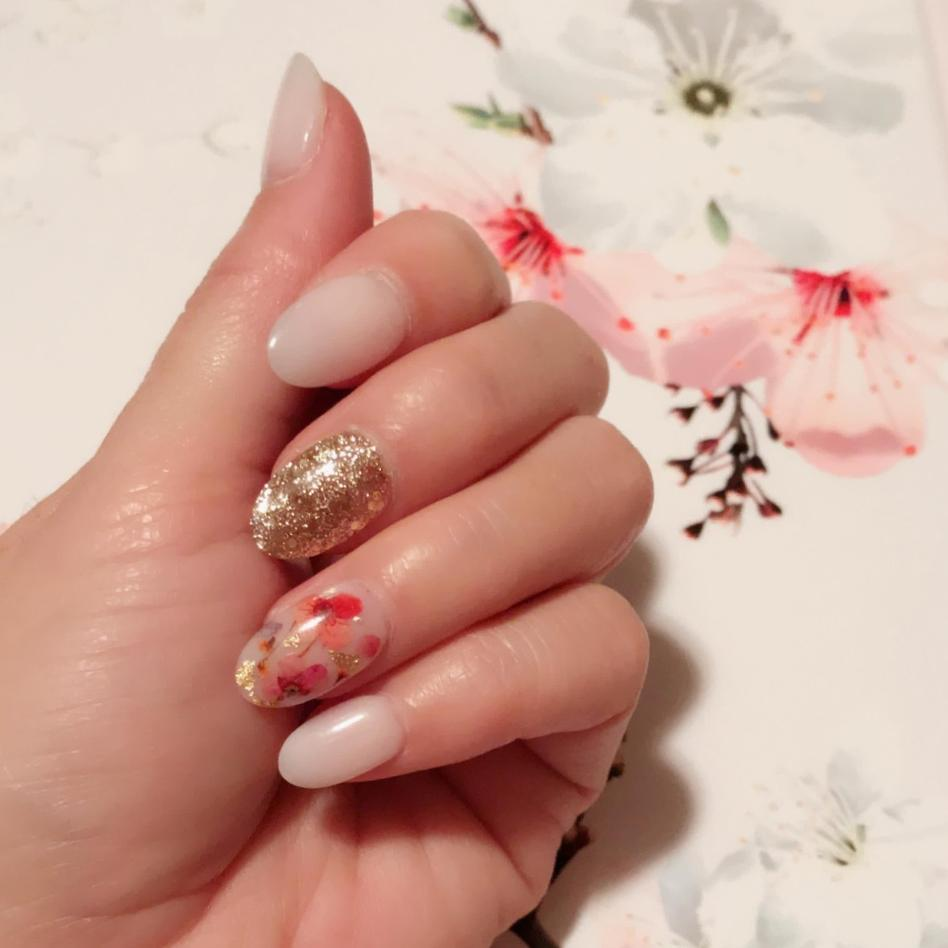 Floral gel nails with glitter