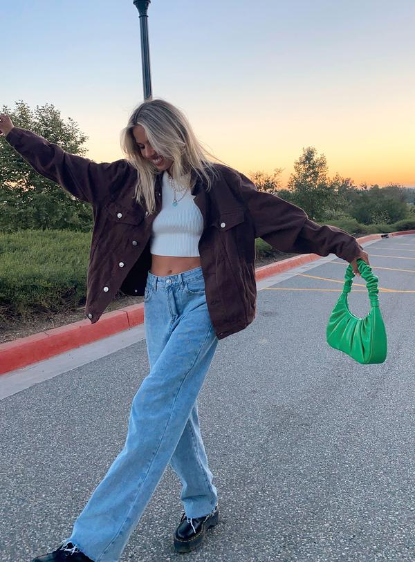 White crop top with denim jacket for outfits with mom jeans