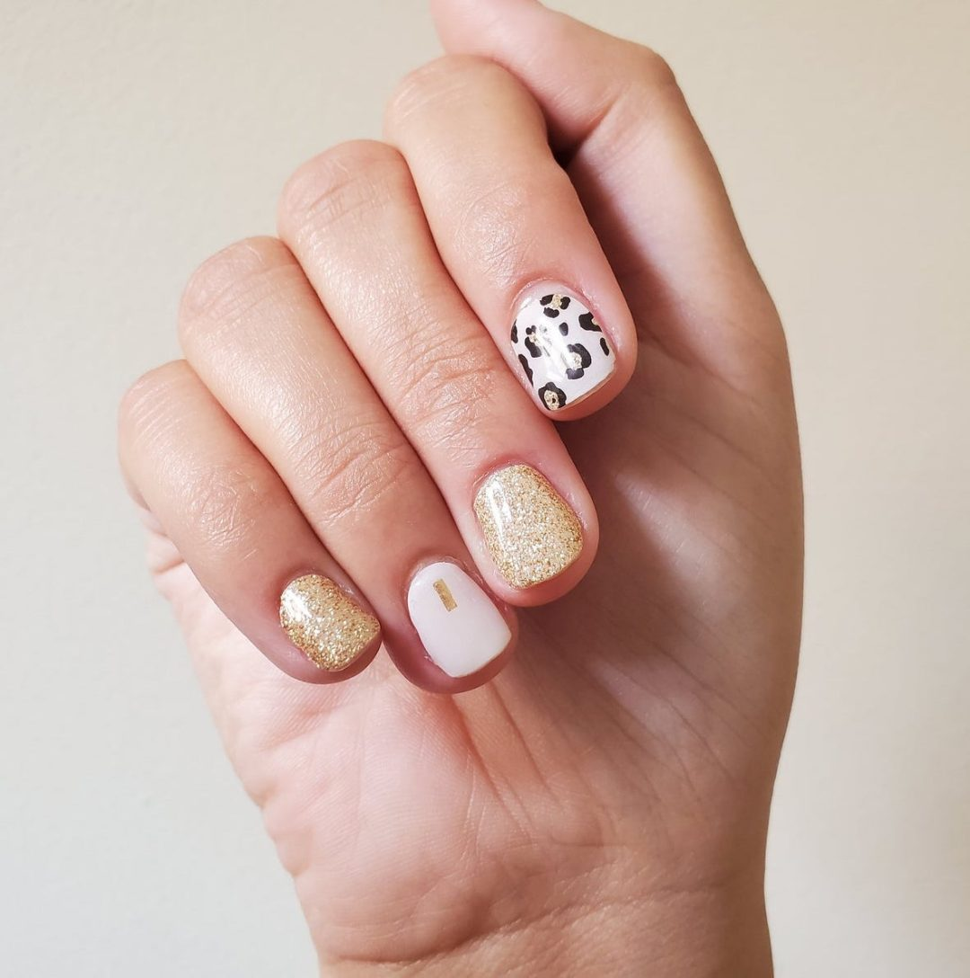 Short pink and leopard print nails with gold glitter