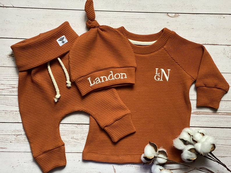 Ribbed brown sweatshirt, pants, and beanie set for baby boy