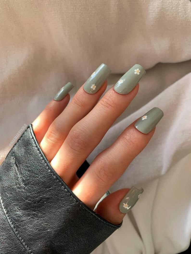Sage green nails with daisies