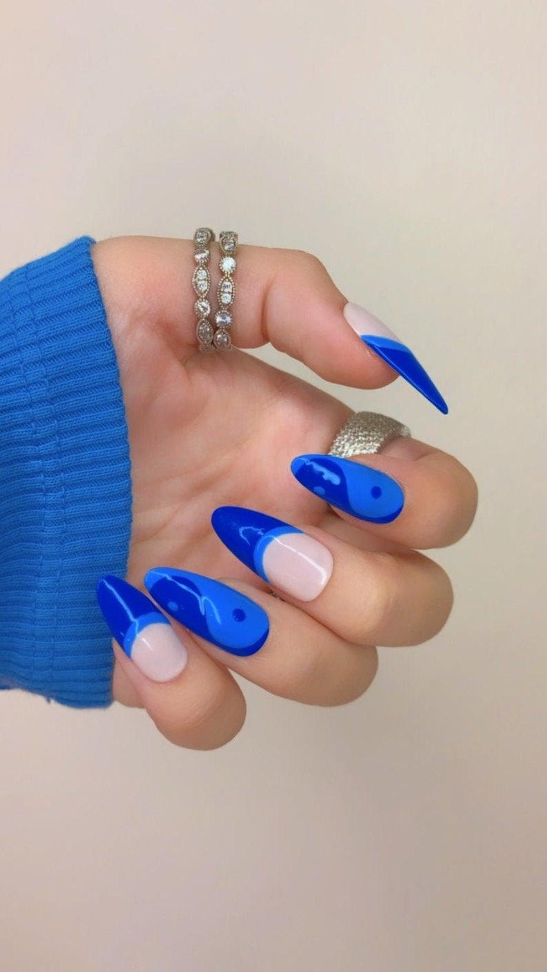 Yin and yang blue nails