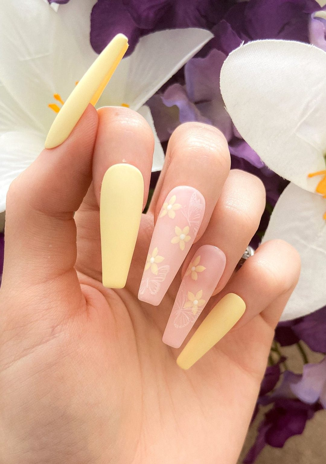 Pastel yellow daisy nails with flower nail art