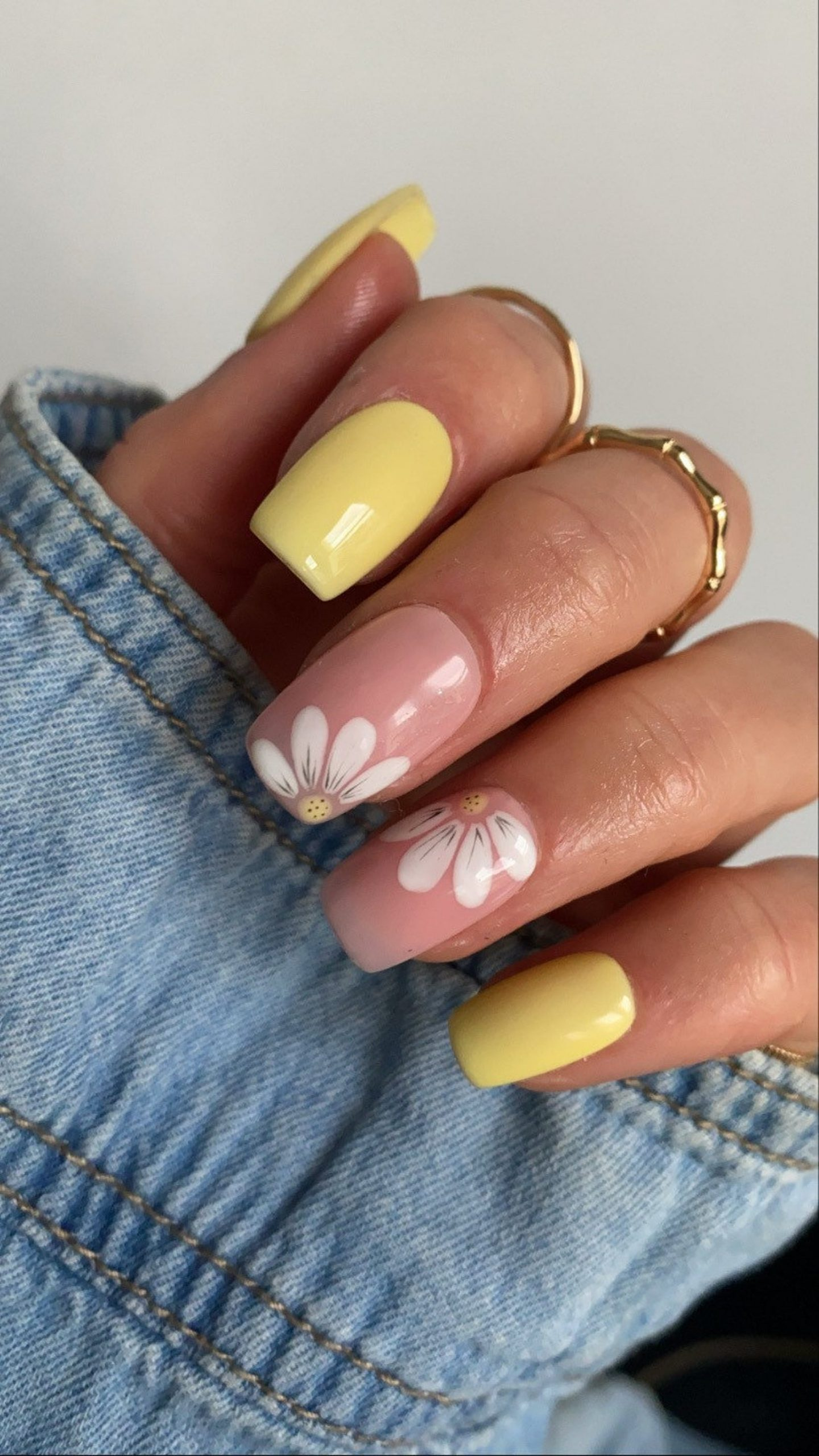 Pale yellow daisy nails with flower nail art