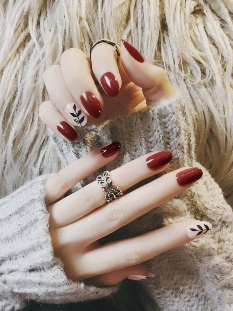 Short burgundy nails with leaf nail art