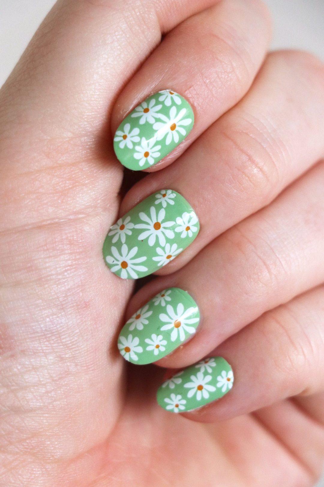 Green floral nails and daisies