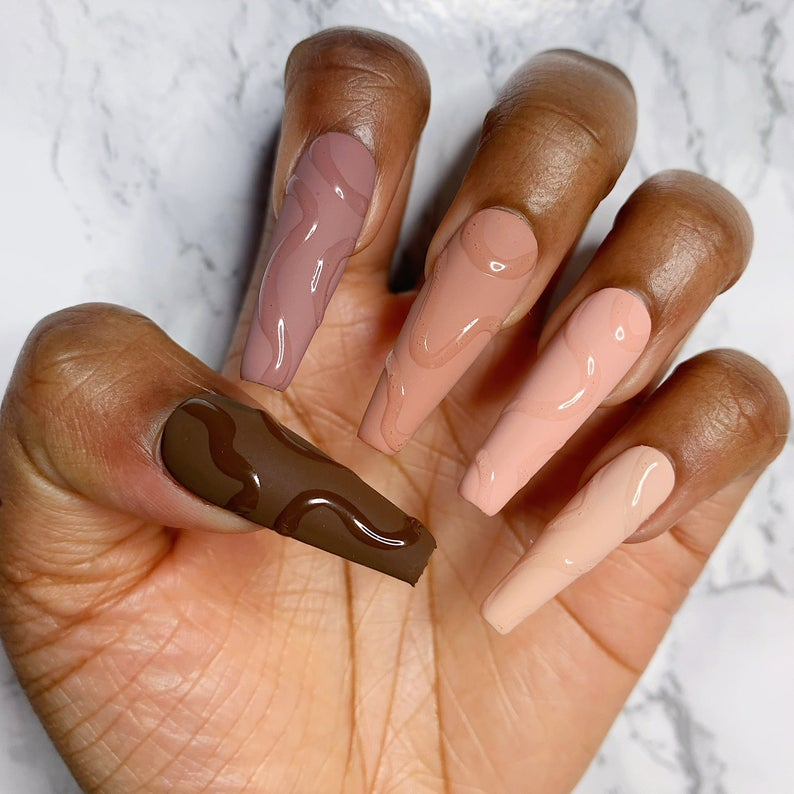 Gradient brown nails with embossed swirls