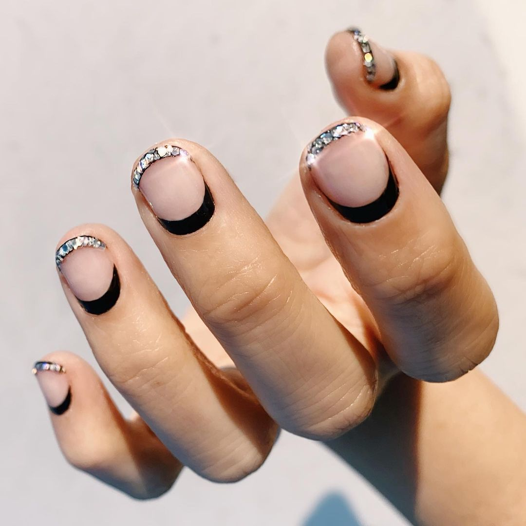 Short New Years Eve nails with black and silver crystals